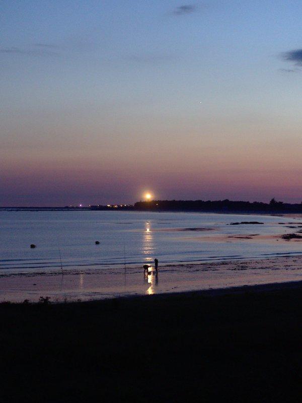 Phare et pêcheurs au crépuscule