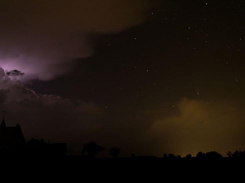Une comète, une ambiance orageuse